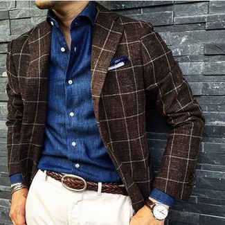 Combinar un blazer a cuadros marrón: Ponte un blazer a cuadros marrón y un pantalón chino blanco para lograr un look de vestir pero no muy formal.