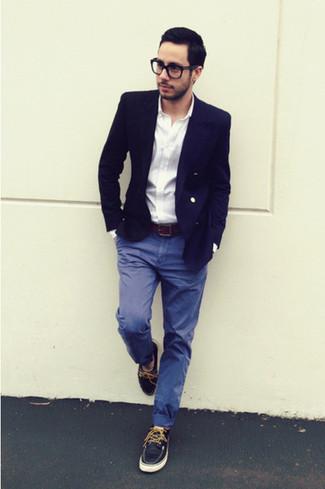 Look de moda: Náuticos de cuero azul marino, Pantalón chino azul, Camisa de manga larga blanca, Blazer azul marino