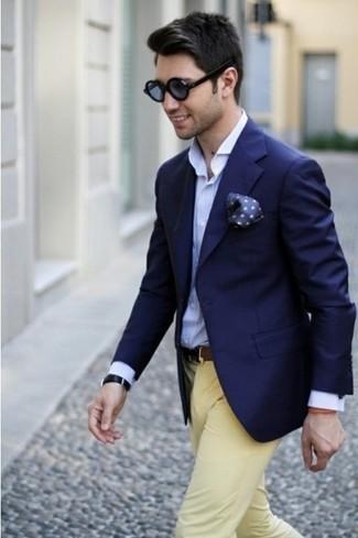 Combinar una camisa de manga larga azul marino: Elige una camisa de manga larga azul marino y un pantalón chino amarillo para un almuerzo en domingo con amigos.