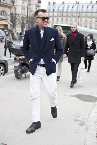 Cómo combinar: botas safari de cuero negras, pantalón chino blanco, camisa de manga larga celeste, blazer azul marino