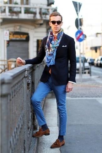 Look de moda: Mocasín con borlas de ante marrón, Pantalón chino azul, Camisa de manga larga blanca, Blazer azul marino