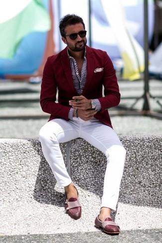 Cómo combinar: mocasín de cuero burdeos, pantalón chino blanco, camisa de manga larga de cuadro vichy burdeos, blazer burdeos