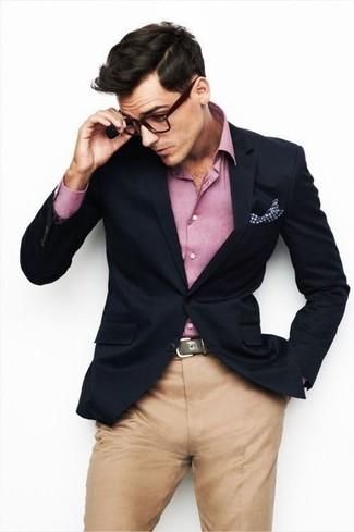 Look de moda: Pañuelo de bolsillo de cuadro vichy blanco, Pantalón chino marrón claro, Camisa de manga larga rosada, Blazer azul marino