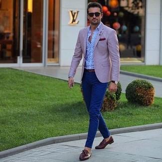 Cómo combinar: mocasín con borlas de cuero en marrón oscuro, pantalón chino azul marino, camisa de manga larga de paisley celeste, blazer rosado