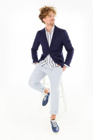 Combinar un broche de solapa azul marino: Un blazer azul marino y un broche de solapa azul marino son una gran fórmula de vestimenta para tener en tu clóset. Dale un toque de elegancia a tu atuendo con un par de tenis de cuero azul marino.