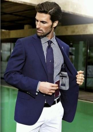 Look de moda: Corbata azul marino, Pantalón chino blanco, Camisa de manga larga de rayas verticales azul marino, Blazer azul marino