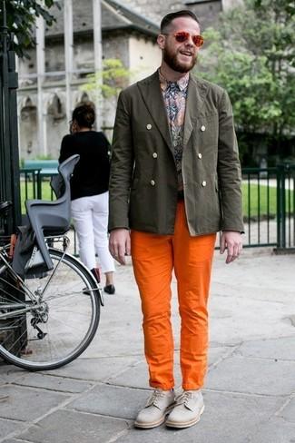 Cómo combinar: zapatos derby de lona grises, pantalón chino naranja, camisa de manga larga de paisley en multicolor, blazer de algodón verde oliva
