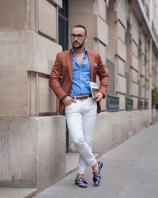 Cómo combinar: mocasín con borlas de lona estampado azul marino, pantalón chino blanco, camisa de manga larga azul, blazer en tabaco