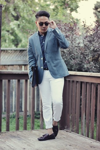 Cómo combinar: mocasín con borlas de cuero morado oscuro, pantalón chino blanco, camisa de manga larga a lunares en azul marino y blanco, blazer azul