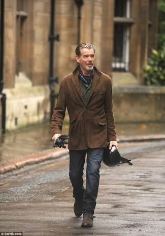 Cómo combinar: zapatos con hebilla de ante en marrón oscuro, pantalón chino en gris oscuro, camisa de manga larga verde oliva, blazer de ante en marrón oscuro