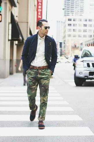 Cómo combinar: zapatos oxford de cuero marrónes, pantalón chino de camuflaje verde oliva, camisa de manga larga a cuadros blanca, blazer de algodón azul marino