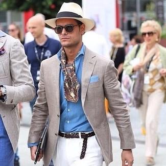 Cómo combinar: sombrero de paja en beige, pantalón chino blanco, camisa de manga larga de cambray celeste, blazer en beige