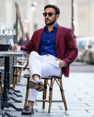 Cómo combinar: mocasín de cuero burdeos, pantalón chino blanco, camisa de manga larga azul, blazer burdeos
