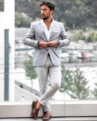 Cómo combinar: mocasín con borlas de cuero marrón, pantalón chino gris, camisa de manga larga blanca, blazer gris