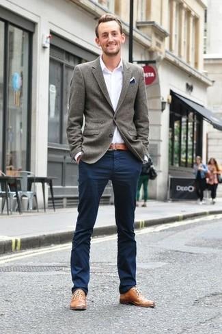 Look de moda: Zapatos oxford de cuero marrón claro, Pantalón chino azul marino, Camisa de manga larga blanca, Blazer de lana gris