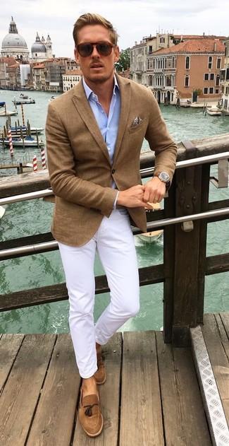 Cómo combinar: mocasín con borlas de ante marrón, pantalón chino blanco, camisa de manga larga celeste, blazer marrón