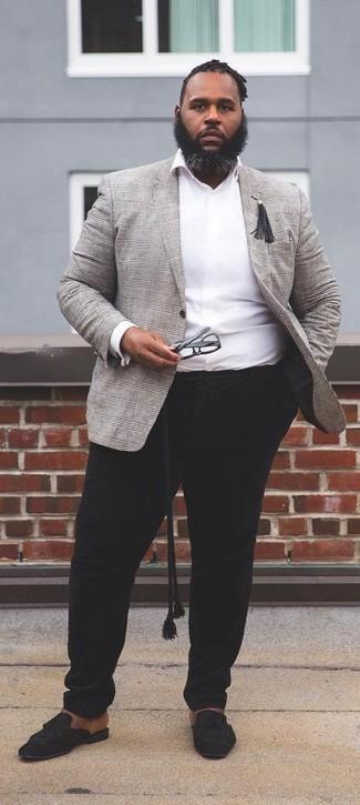 Cómo combinar: mocasín con borlas de ante negro, pantalón chino negro, camisa de manga larga blanca, blazer de tartán gris