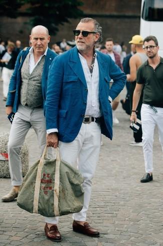 Cómo combinar: mocasín de cuero marrón, pantalón chino blanco, camisa de manga larga de lino blanca, blazer de algodón en verde azulado