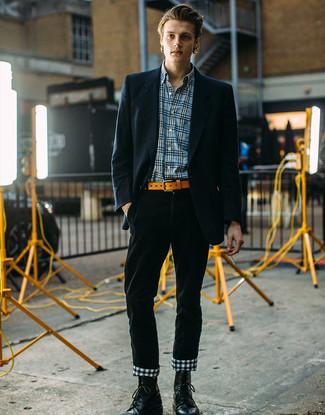 Cómo combinar: botas casual de cuero negras, pantalón chino de pana verde oscuro, camisa de manga larga de tartán azul, blazer de rayas verticales azul marino