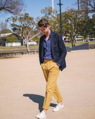 Cómo combinar: tenis de cuero blancos, pantalón chino amarillo, camisa de manga larga de cambray azul marino, blazer azul marino