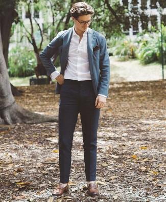 Cómo combinar: mocasín de cuero marrón, pantalón chino azul marino, camisa de manga larga blanca, blazer azul