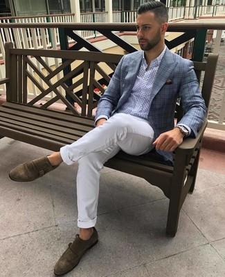 Cómo combinar: zapatos con doble hebilla de ante marrónes, pantalón chino blanco, camisa de manga larga estampada celeste, blazer de tartán celeste