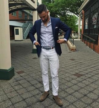Cómo combinar: zapatos con doble hebilla de ante marrónes, pantalón chino blanco, camisa de manga larga estampada celeste, blazer azul marino