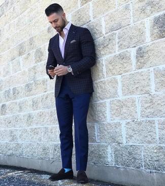 Cómo combinar: mocasín de ante negro, pantalón chino azul marino, camisa de manga larga de rayas verticales rosada, blazer a cuadros en gris oscuro