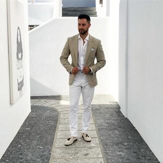 Cómo combinar: mocasín con borlas de ante en beige, pantalón chino blanco, camisa de manga larga blanca, blazer en beige