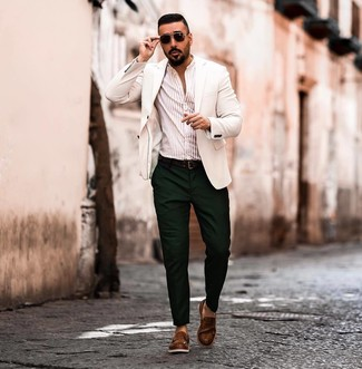 Cómo combinar: mocasín de cuero marrón, pantalón chino verde oscuro, camisa de manga larga de rayas verticales en beige, blazer blanco