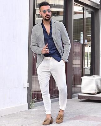 Look de moda: Mocasín con borlas de ante marrón claro, Pantalón chino blanco, Camisa de manga larga azul marino, Blazer de rayas verticales en blanco y azul marino