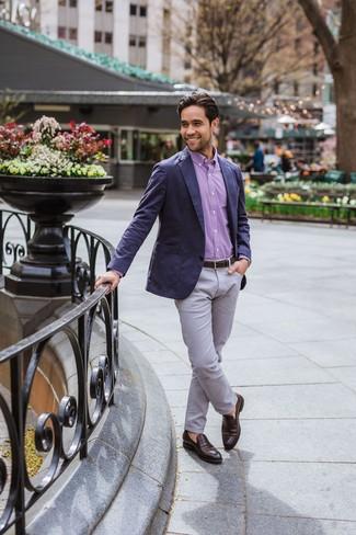 Cómo combinar: mocasín de cuero en marrón oscuro, pantalón chino gris, camisa de manga larga de cuadro vichy morado, blazer azul marino