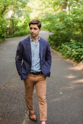 Cómo combinar: mocasín de cuero marrón, pantalón chino marrón claro, camisa de manga larga celeste, blazer de algodón azul marino