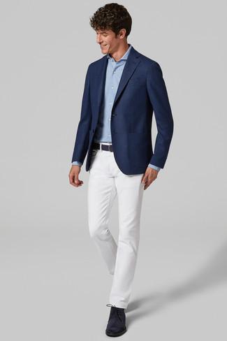 Cómo combinar: botas safari de ante azul marino, pantalón chino blanco, camisa de manga larga celeste, blazer azul marino