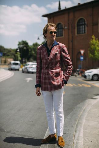 Cómo combinar: mocasín con borlas de ante en tabaco, pantalón chino blanco, camisa de manga larga azul marino, blazer de tartán rojo