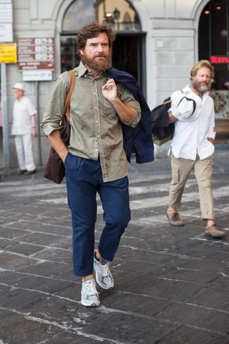 Combinar unas deportivas grises: Usa un blazer azul marino y un pantalón chino azul marino para el after office. Si no quieres vestir totalmente formal, elige un par de deportivas grises.