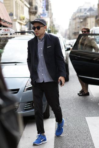 Outfits hombres: Casa un blazer negro con un pantalón chino negro para las 8 horas. ¿Quieres elegir un zapato informal? Complementa tu atuendo con deportivas azules para el día.