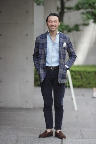 Outfits hombres: Usa un blazer de lana de tartán azul marino y un pantalón chino azul marino para crear un estilo informal elegante. Haz mocasín de ante en marrón oscuro tu calzado para mostrar tu inteligencia sartorial.