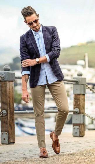 Combinar un mocasín con borlas de cuero marrón: Elige un blazer de tartán azul marino y un pantalón chino marrón claro para después del trabajo. Dale onda a tu ropa con mocasín con borlas de cuero marrón.