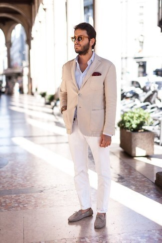 Combinar un blazer en beige: Elige un blazer en beige y un pantalón chino blanco para un lindo look para el trabajo. Si no quieres vestir totalmente formal, usa un par de mocasín de ante gris.