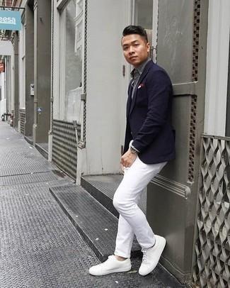 Combinar unos tenis de cuero blancos: Elige un blazer azul marino y un pantalón chino blanco para después del trabajo. Tenis de cuero blancos añadirán interés a un estilo clásico.