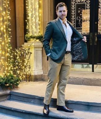 Combinar un pantalón chino marrón claro: Si buscas un estilo adecuado y a la moda, opta por un blazer verde oscuro y un pantalón chino marrón claro. Botas brogue de cuero en marrón oscuro son una opción perfecta para complementar tu atuendo.
