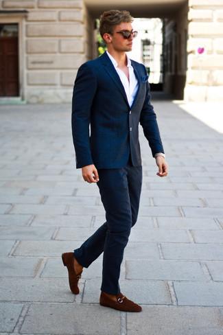 Combinar unos pantalones: Si buscas un look en tendencia pero clásico, considera emparejar un blazer de lana a cuadros azul marino junto a unos pantalones. Dale onda a tu ropa con mocasín de ante marrón.