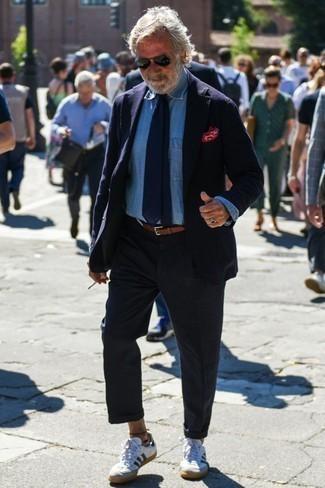 Combinar una corbata azul marino: Empareja un blazer azul marino junto a una corbata azul marino para una apariencia clásica y elegante. Si no quieres vestir totalmente formal, haz tenis de cuero en blanco y azul marino tu calzado.