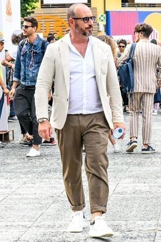 Combinar un pañuelo de bolsillo blanco: Haz de un blazer en beige y un pañuelo de bolsillo blanco tu atuendo transmitirán una vibra libre y relajada. ¿Te sientes valiente? Completa tu atuendo con tenis de cuero blancos.