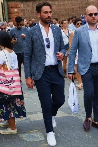 Combinar un pantalón chino azul marino para hombres de 30 años: Equípate un blazer de tweed azul marino junto a un pantalón chino azul marino para crear un estilo informal elegante. ¿Por qué no añadir tenis blancos a la combinación para dar una sensación más relajada?