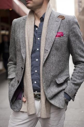 Cómo combinar: pañuelo de bolsillo rosa, pantalón chino en beige, camisa de manga larga a lunares en azul marino y blanco, blazer de lana de espiguilla gris