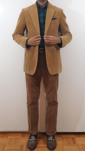 Combinar un pañuelo de bolsillo azul marino: Para un atuendo tan cómodo como tu sillón haz de un blazer de pana marrón claro y un pañuelo de bolsillo azul marino tu atuendo. ¿Te sientes valiente? Completa tu atuendo con mocasín de cuero en marrón oscuro.