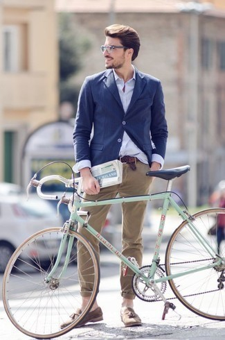Combinar un mocasín con borlas de ante marrón claro: Considera ponerse un blazer azul marino y un pantalón chino marrón claro para las 8 horas. Completa tu atuendo con mocasín con borlas de ante marrón claro para mostrar tu inteligencia sartorial.