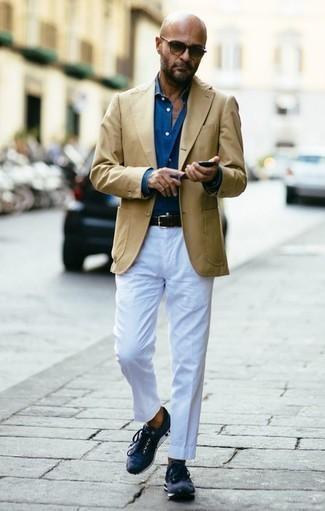 Combinar un blazer marrón claro: Si buscas un look en tendencia pero clásico, utiliza un blazer marrón claro y un pantalón chino blanco. Si no quieres vestir totalmente formal, elige un par de deportivas azul marino.